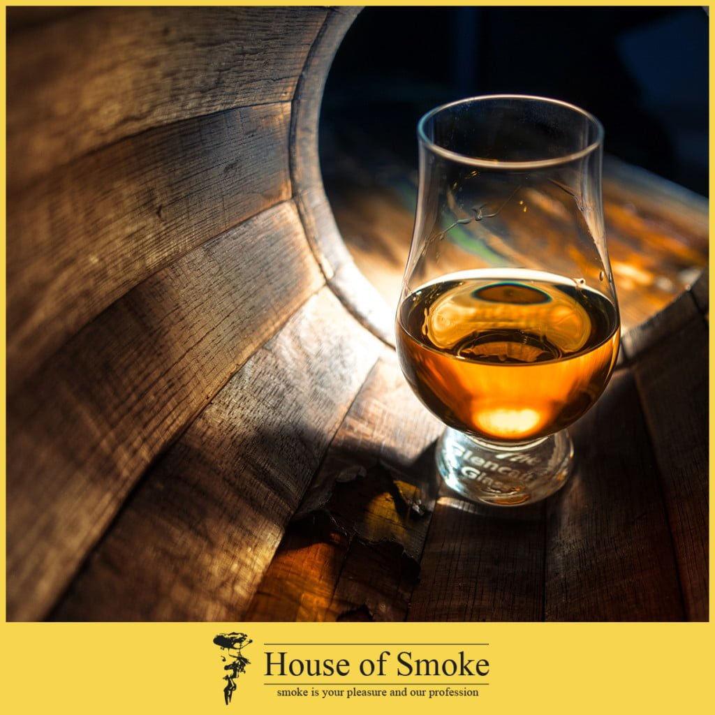 Spirituosen wie Whisky und Rum im House of Smoke